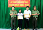 Đại tá Đinh Văn Nơi thưởng nóng cho nữ sinh lớp 9 tham gia bắt trộm