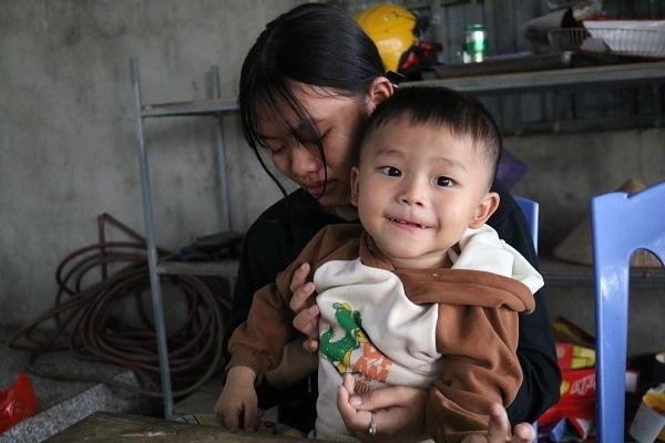 Tương lai vô định của hai đứa trẻ mồ côi cả cha lẫn mẹ