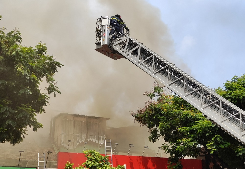 Cháy lớn sát trường học giữa trung tâm Sài Gòn, tức tốc sơ tán học sinh