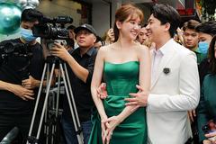 Trấn Thành ôm eo Hari Won, tiết lộ doanh thu 'Bố già' gần 400 tỷ
