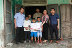 VietnamNet trao gần 60 triệu đồng cho 3 cháu mồ côi ở Quảng Bình