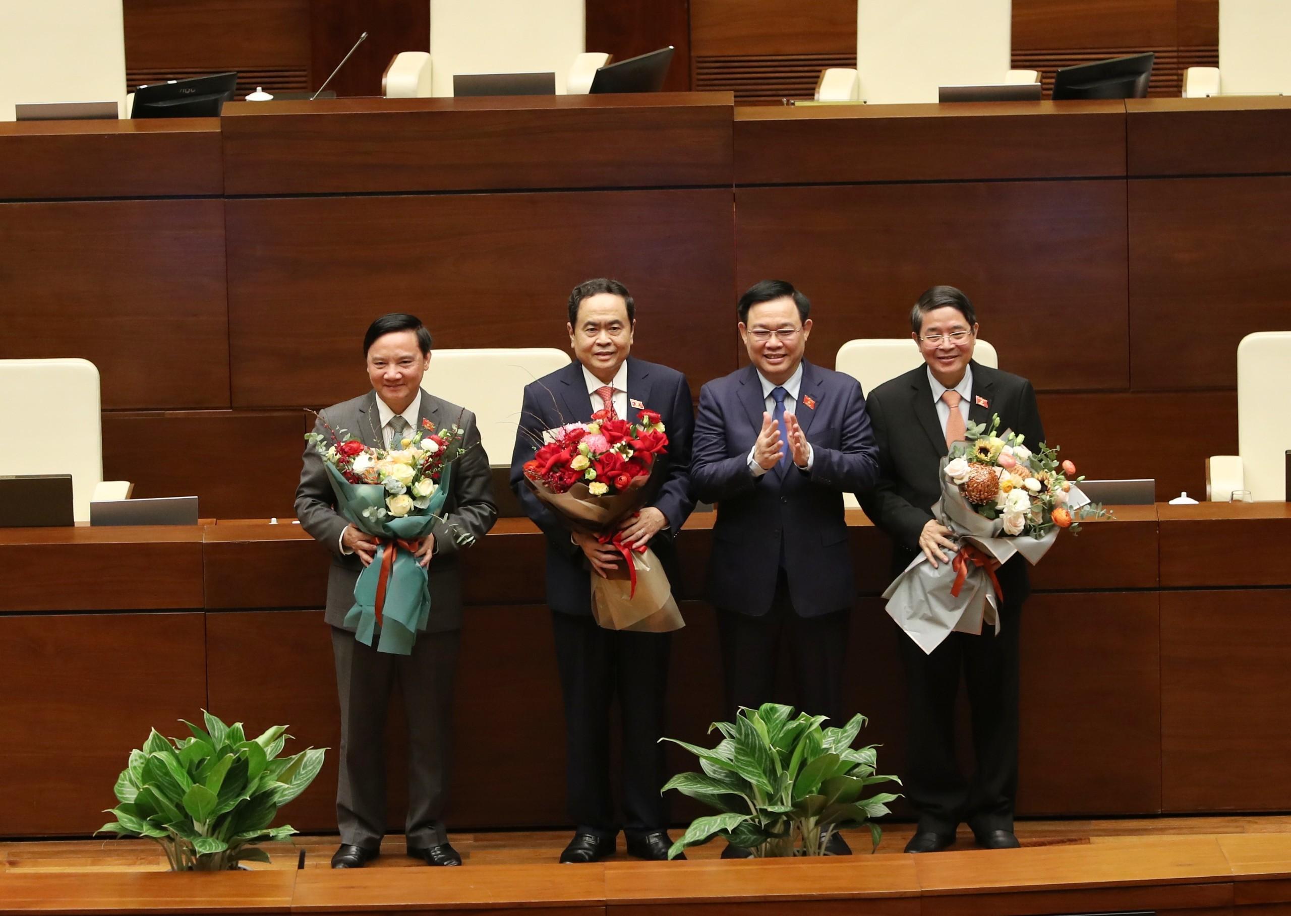 Một ủy viên Bộ Chính trị và hai ủy viên Trung ương làm Phó Chủ tịch Quốc hội