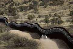 Cận cảnh kẻ buôn người đưa trẻ em trèo tường vượt biên vào Mỹ