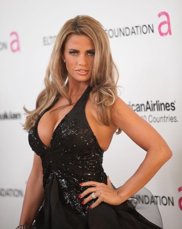 Người mẫu Katie Price thừa nhận 12 lần tu sửa 'vòng một'