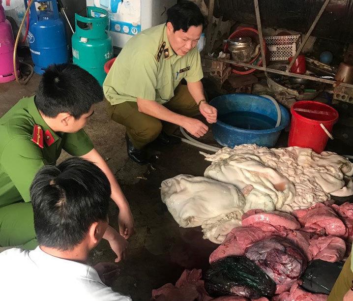 Phát hiện 2,5 tấn thực phẩm nhập lậu, 2 tạ nội tạng trâu bò thối