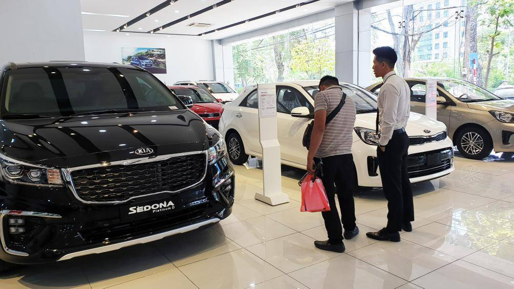 Car dealers begin clearance sales, reduce prices by up to VND100 million