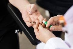 Người bệnh tiểu đường cần theo dõi đường huyết thường xuyên và liên tục hơn