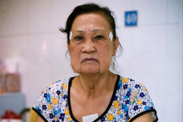 Nghệ sĩ Hoa Mỹ Hạnh bị chồng bỏ, làm móng dạo kiếm sống