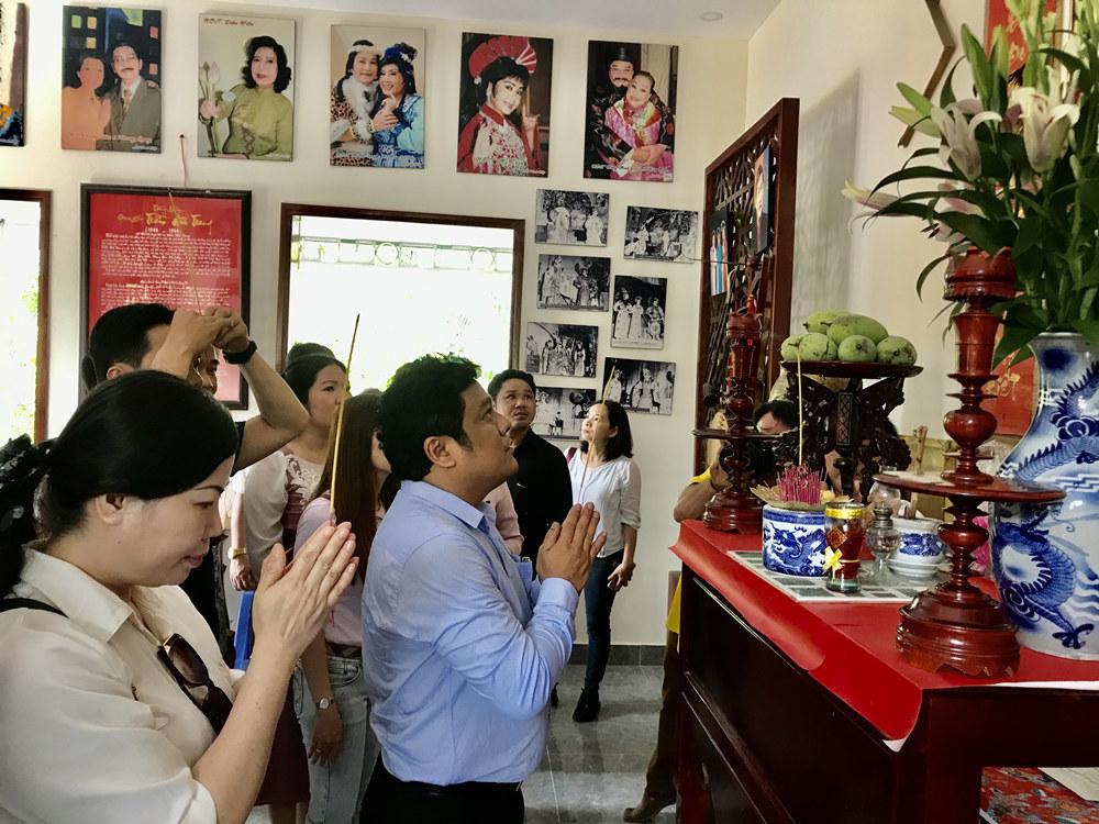 Nghệ sĩ thắp hương tưởng nhớ cố soạn giả Trần Hữu Trang