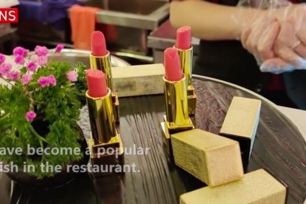 Quán lẩu Trung Quốc hút khách nhờ món bánh son môi