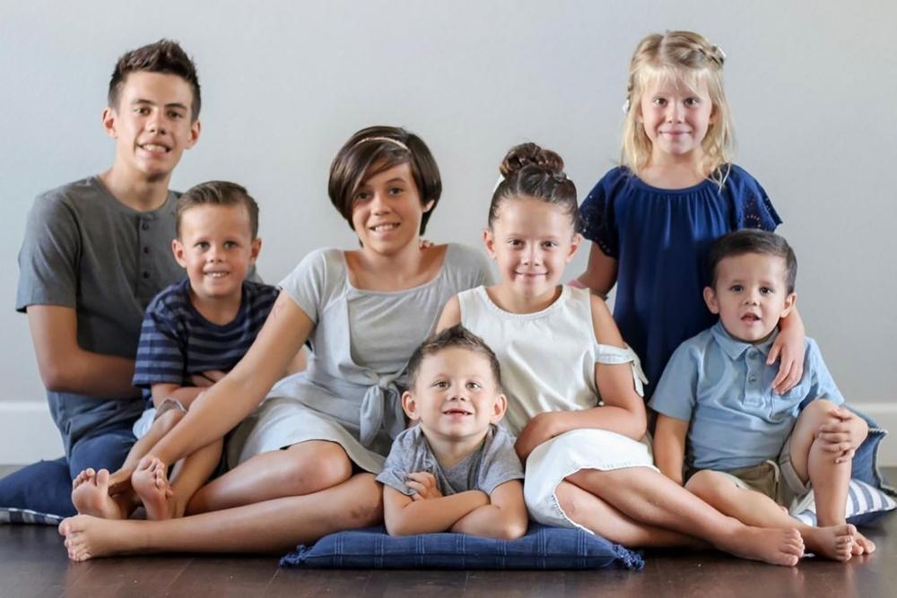 Gia đình Mỹ nhận nuôi 7 đứa trẻ mồ côi