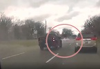 Tình huống bất ngờ khi vượt, ô tô mất lái suýt 'đấu đầu'