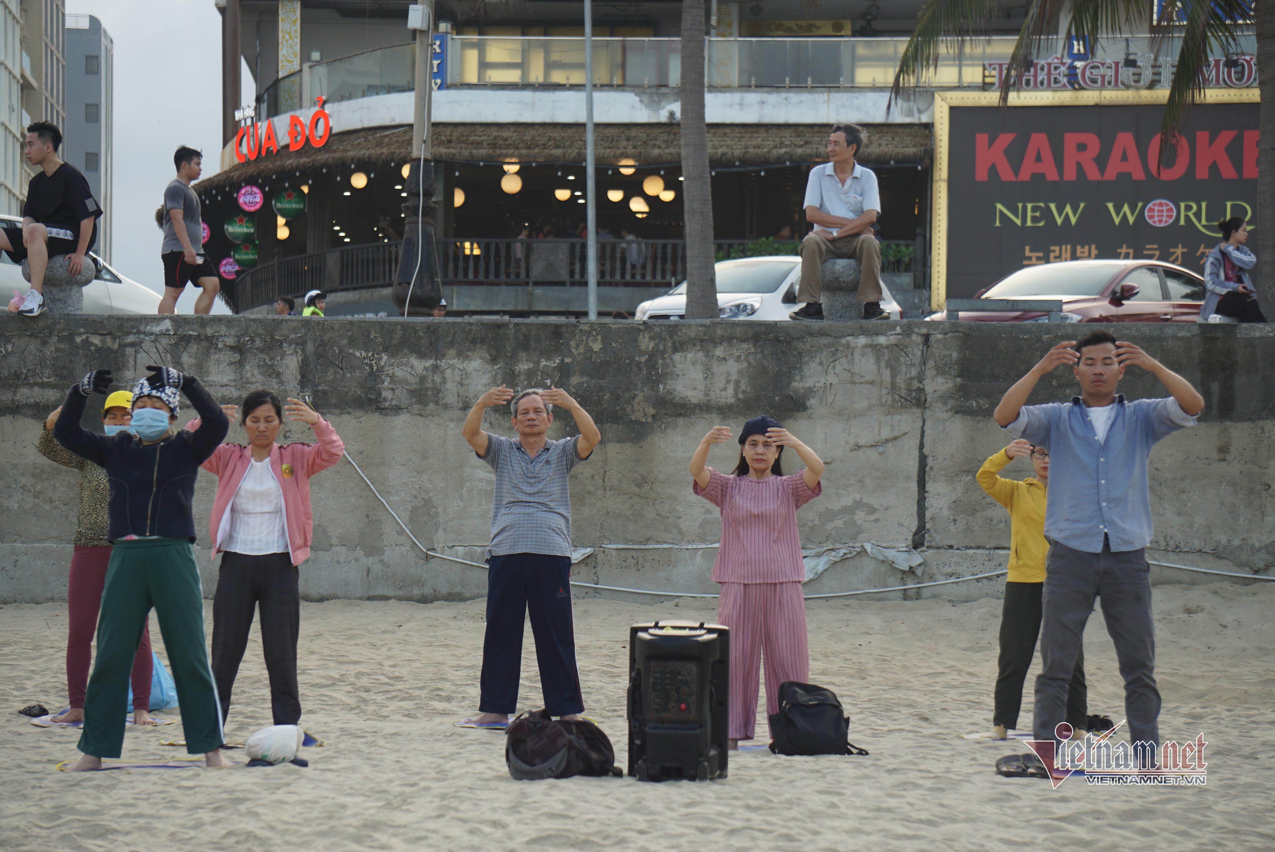 Bãi biển ở Đà Nẵng đông nghịt du khách ngày cuối tuần