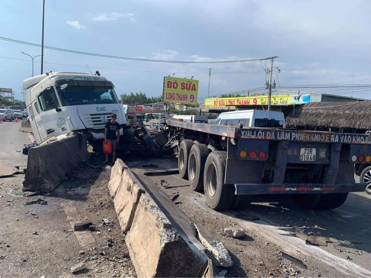 Cuộn thép rơi xuống đường, ô tô leo dải phân cách trên quốc lộ 51