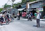 Bà U70 cầm biển giúp học sinh qua đường giữa nắng gắt Sài Gòn
