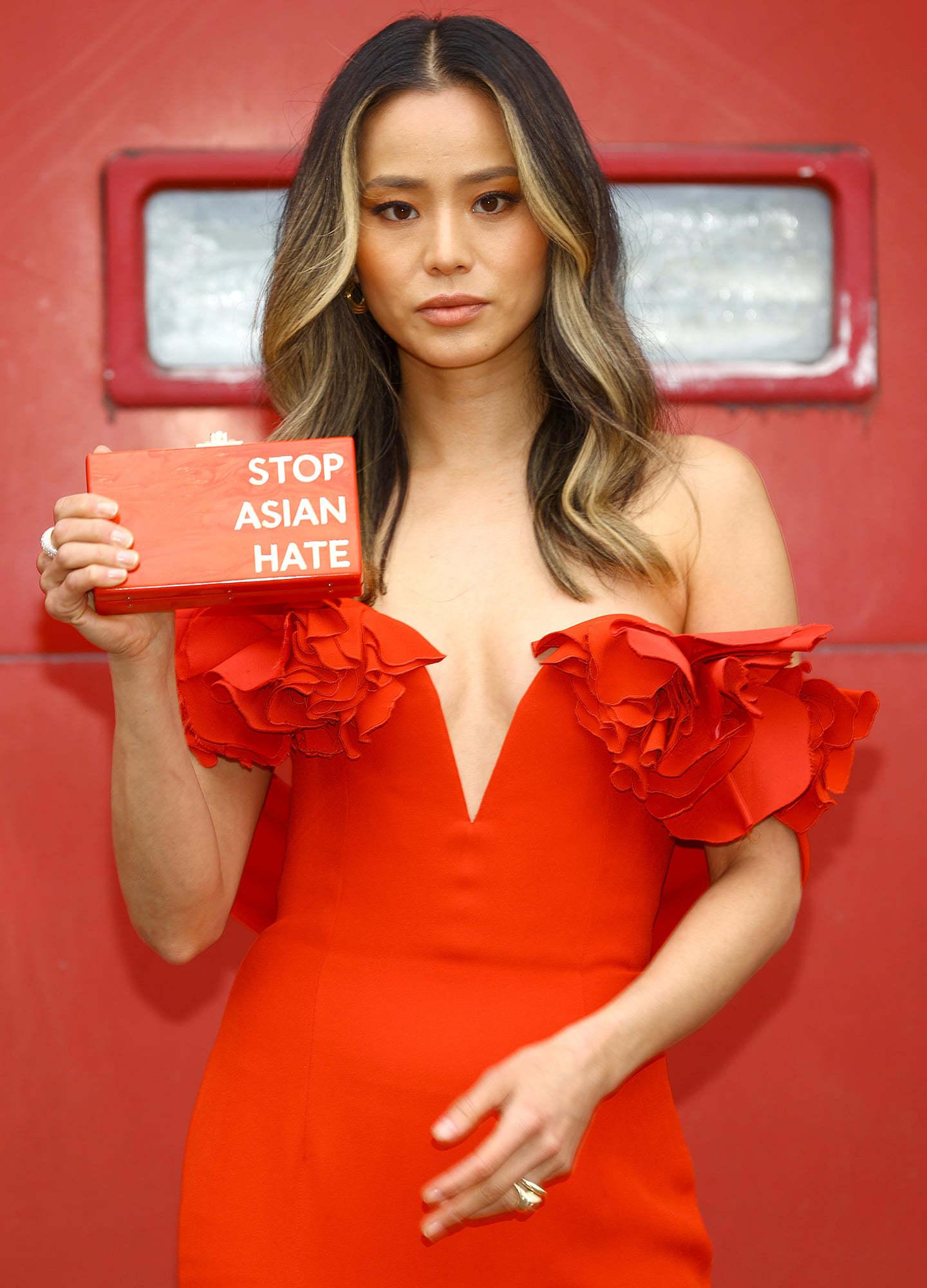 Chiếc ví gây xôn xao trên thảm đỏ lễ trao giải của diễn viên 37 tuổi