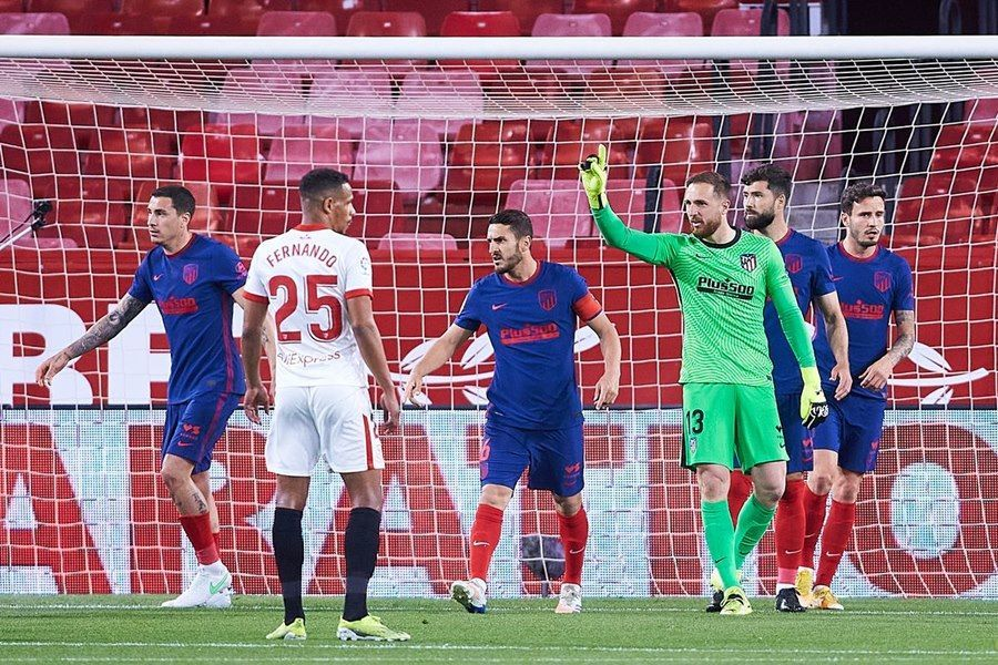 Atletico thua đau Sevilla, Barca và Real mở cờ trong bụng