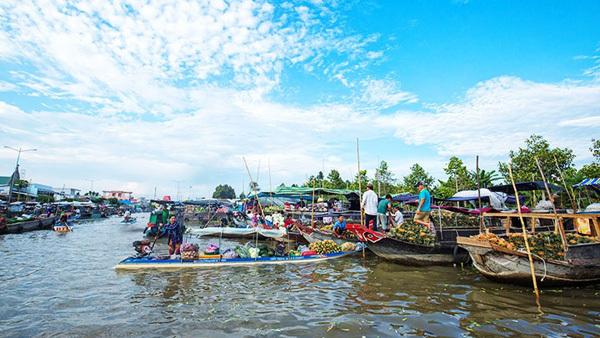 Bustling Nga Nam Floating Market