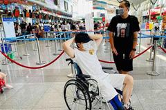Karik ngồi xe lăn ra sân bay sau tai nạn sân khấu