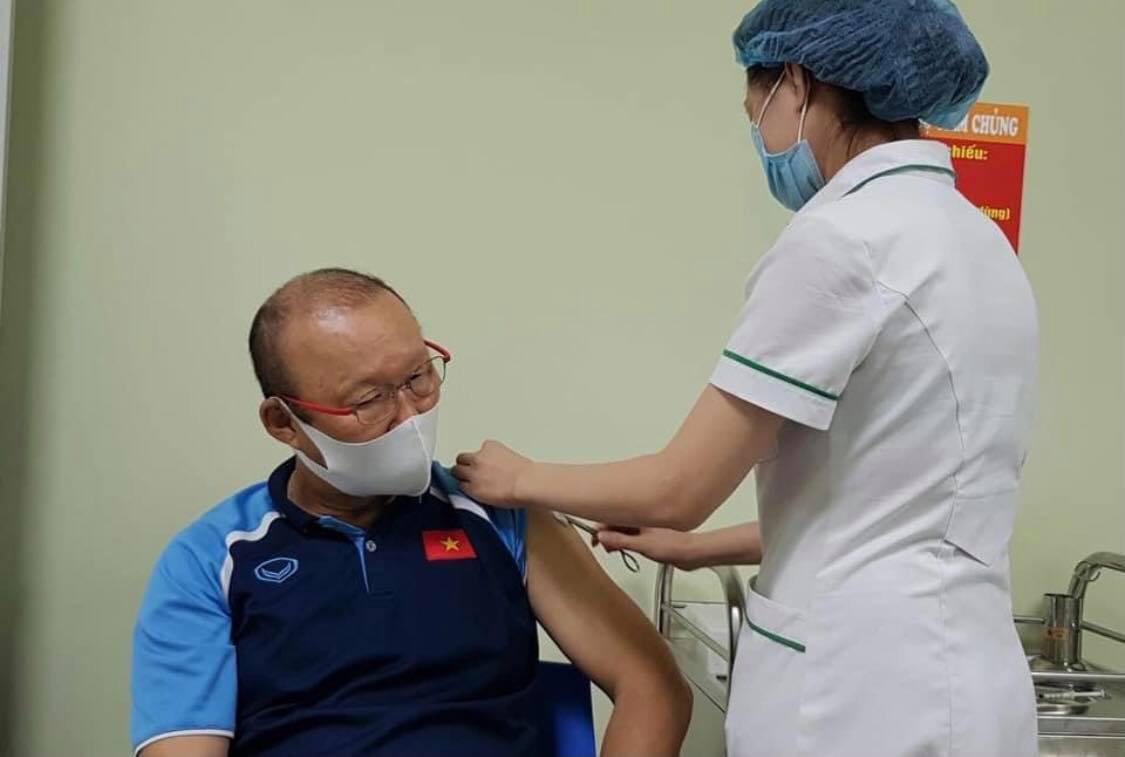 HLV Park Hang Seo tiêm vắc xin phòng Covid-19