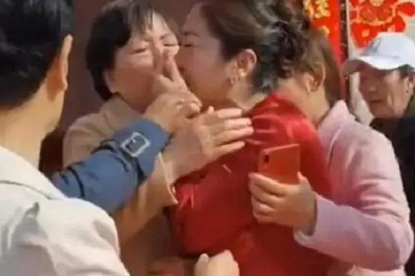 Dự đám cưới con trai, bà mẹ phát hiện cô dâu là con gái ruột