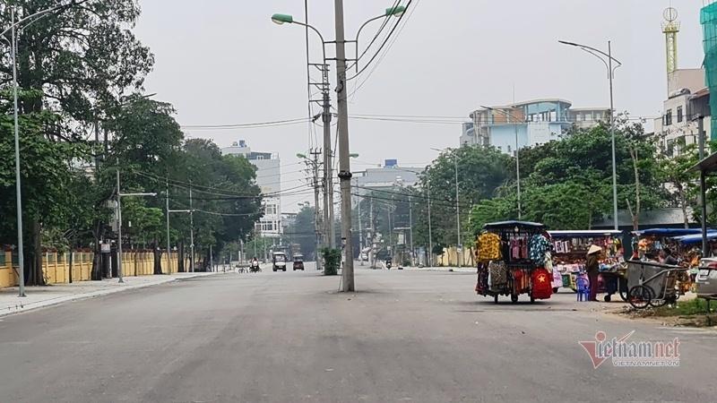 Hàng cột điện 'chình ình' giữa đường phố ven biển Sầm Sơn