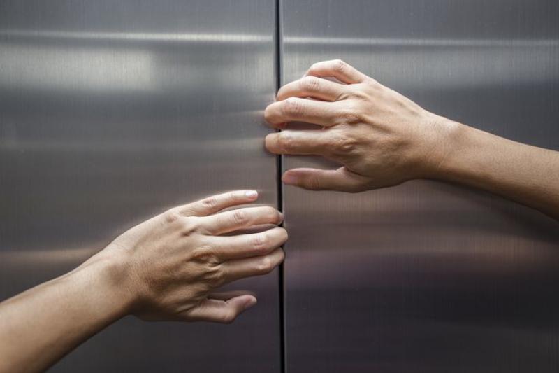 Cách thoát hiểm khi bị kẹt trong thang máy