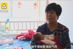 Bà mẹ sinh đôi ở tuổi 58