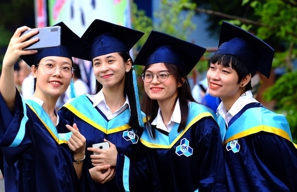 Universities 'favor' students with IELTS, international certificates