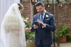 Cặp đôi kết hôn và trao nhẫn cưới trên blockchain