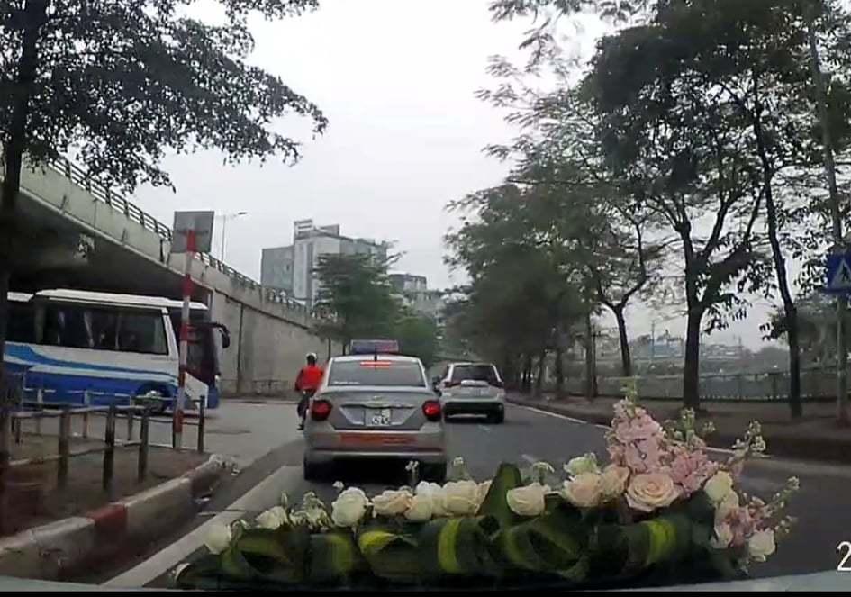 Tài xế taxi ở Hà Nội che biển số xe trốn phạt nguội