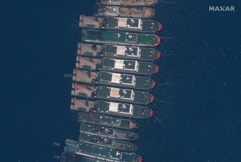 Hình ảnh hàng trăm tàu thuyền Trung Quốc neo đậu trái phép trên Biển Đông