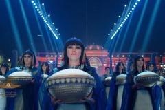 Cô gái gây chú ý khi dẫn đầu đoàn rước xác ướp Ai Cập