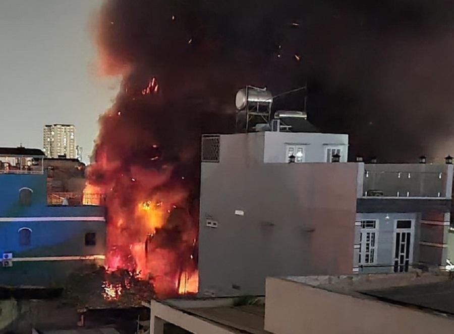 Cháy lớn ở Sài Gòn, 250m2 nhà xưởng thành tro