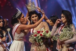 Hoa hậu Sri Lanka bị tước vương miện thô bạo ngay trên sân khấu