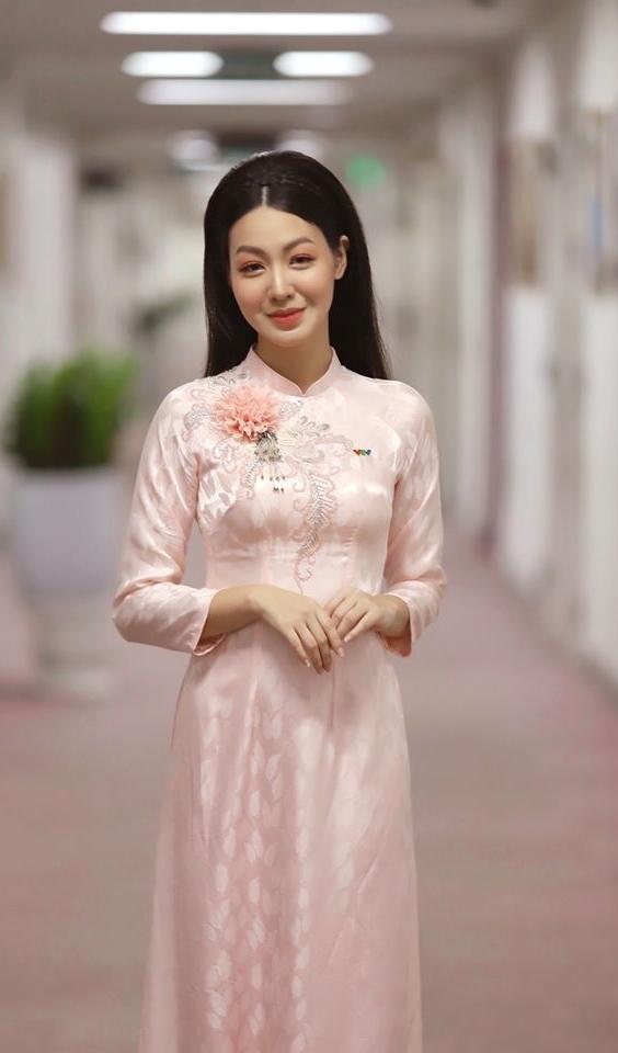 MC Hồng Nhung VTV duyên dáng với áo dài