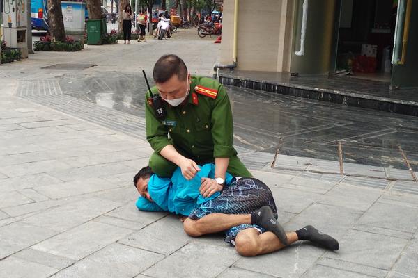 """Cảnh sát Hà Nội quật ngã đối tượng """"ngáo đá"""" tấn công người đi đường"""