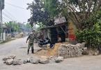15 năm chưa được cấp đất tái định cư, hộ dân xây tường chặn đường đi của xã