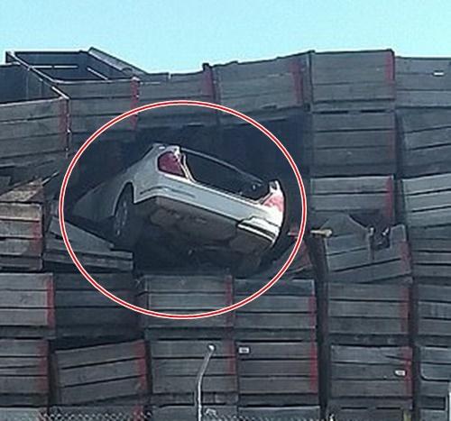 Chạy trốn cảnh sát, ô tô 'cắm đầu' vào bức tường gỗ cao 10 mét
