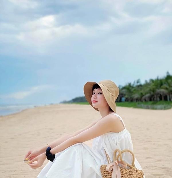 Hiền Hồ khác biệt với tóc tém cùng gu thời trang duyên dáng
