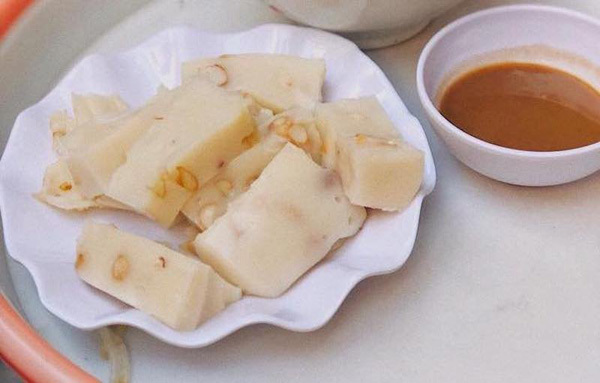 Discover Banh Duc - a steamed rice cake of Vietnam