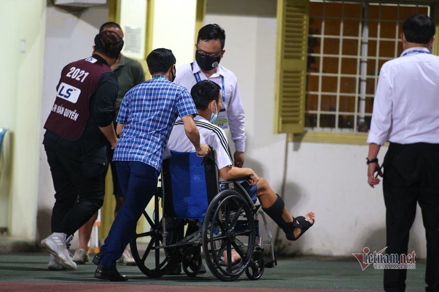 Đỗ Hùng Dũng ngồi xe lăn ra sân tiếp lửa Hà Nội FC