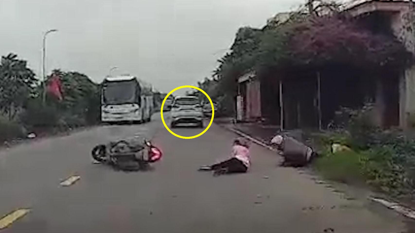 Phóng nhanh, ôtô tông ngã đôi nam nữ rồi bỏ chạy