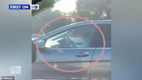 Nữ tài xế vừa đọc sách vừa lái xe gần 100km/h