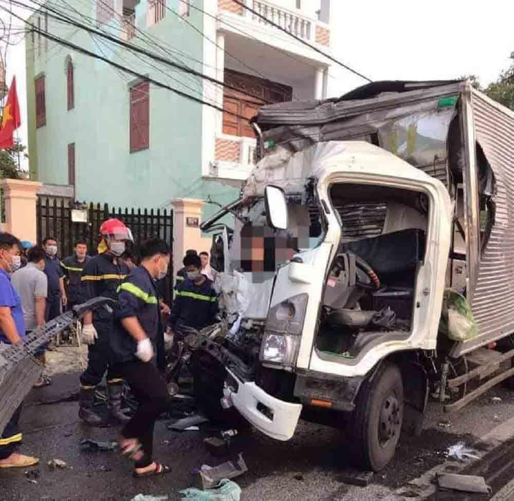 Xe tải đâm đuôi xe khách, 2 người tử vong