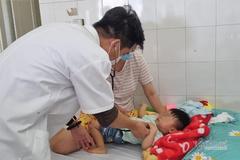 Bị tay chân miệng, 8 trẻ nguy kịch phải lọc máu, thở máy