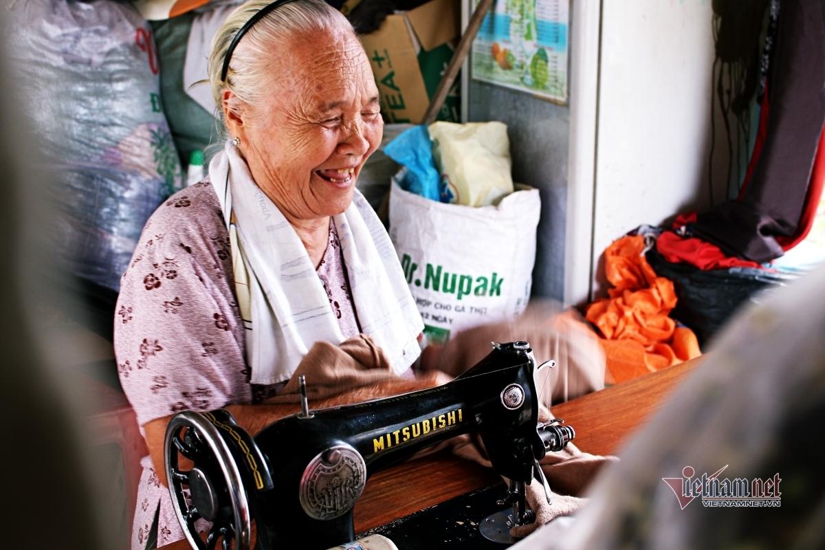 Cụ bà 80 tuổi 7 năm may chăn, quần áo tặng người nghèo