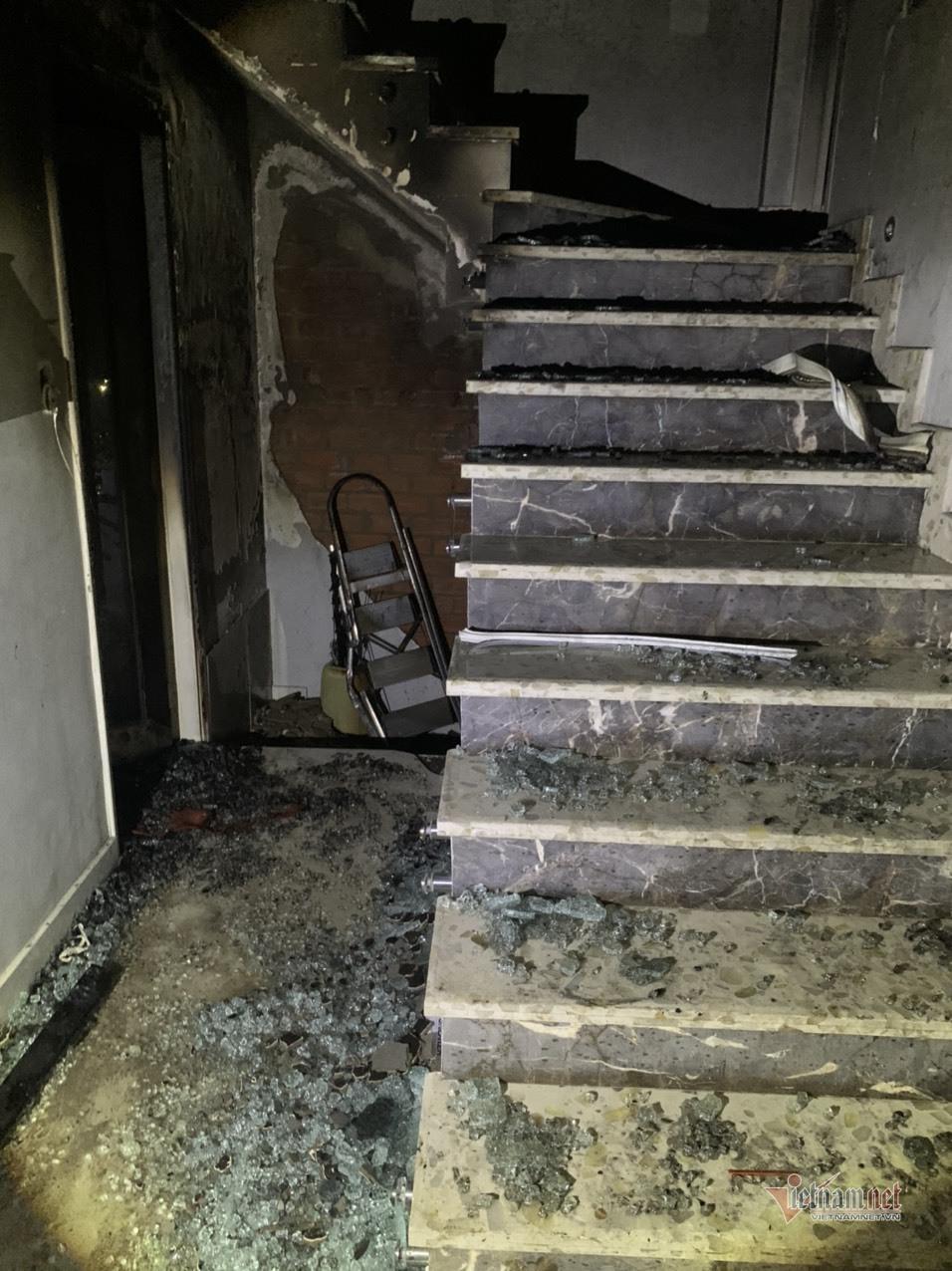 Năm người mắc kẹt trong căn nhà ba tầng rực lửa ở TP.HCM