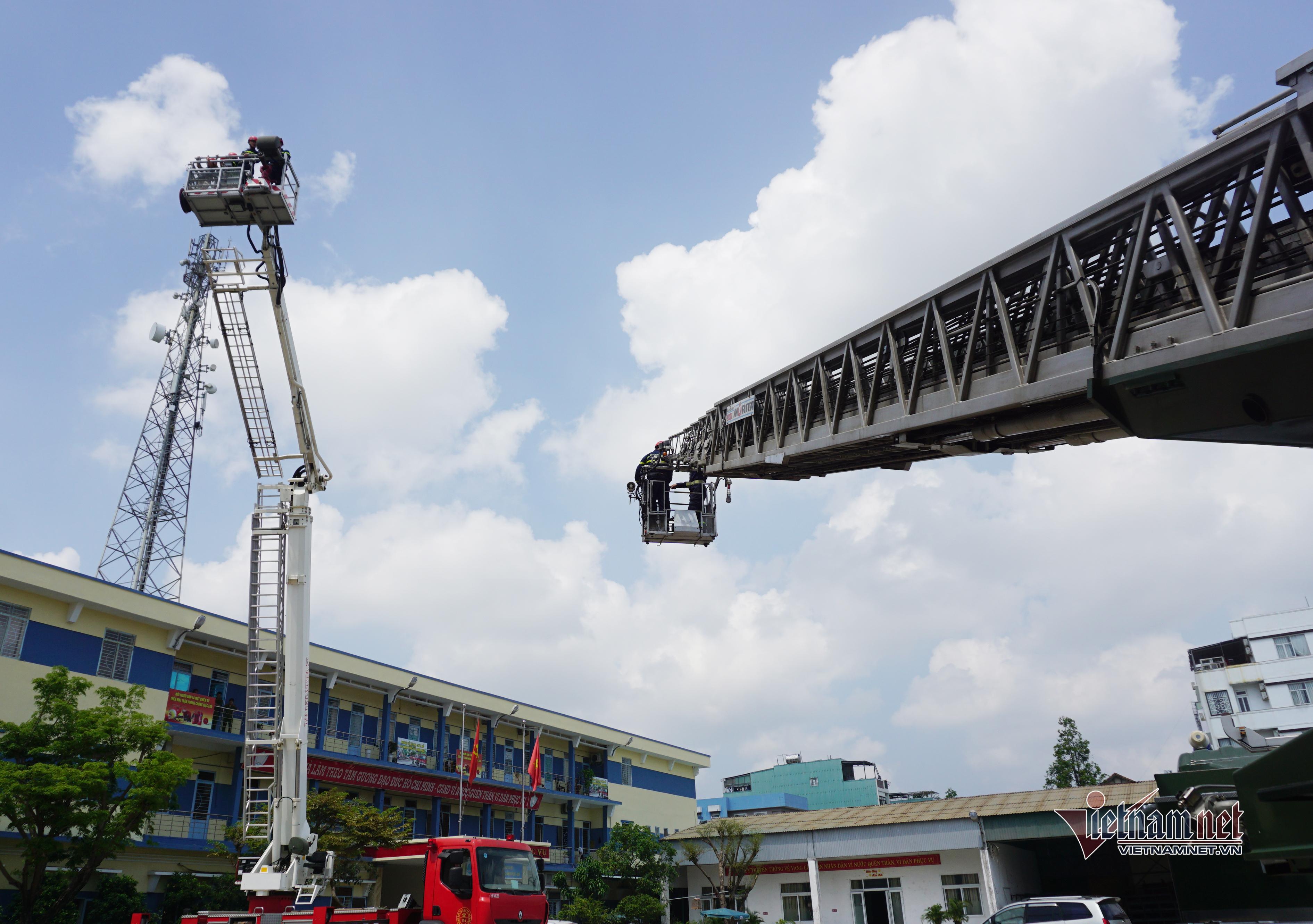 'Lính cứu hỏa nhí' ở Đà Nẵng trổ tài phun nước chữa cháy, đi xe thang