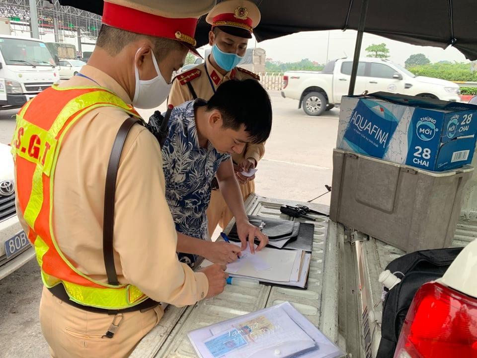 Chạy ô tô hết đăng kiểm, xin không được tài xế livestream CSGT